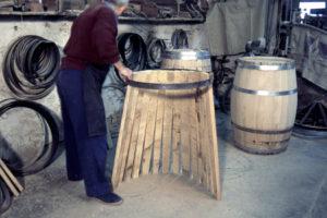 Poniendo las tablas que forman el tonel